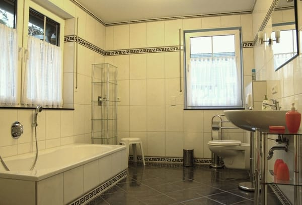 Das komfortable Bad mit Dusche, Badewanne, WC und Waschbecken