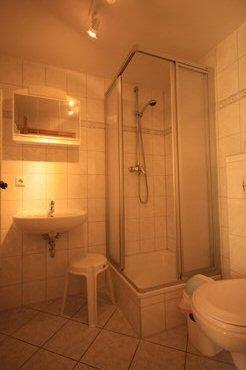 Unser Bad mit Dusche und WC