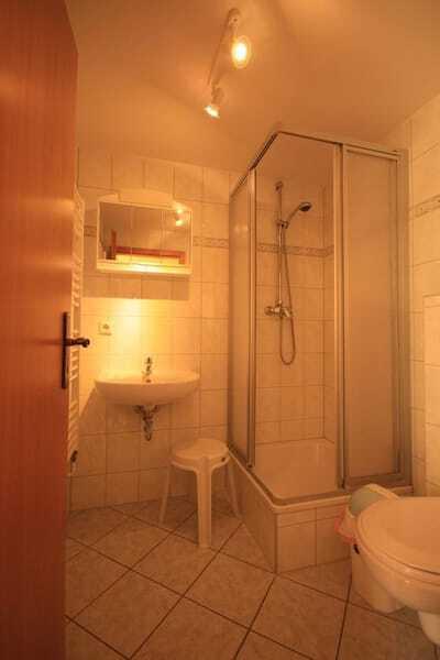 Das Bad mit Duche, WC und Waschbecken