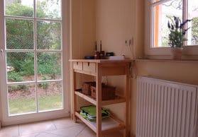 Platz für Obst und Wein in der Villa Felice, Blick in die Küche (rechts)
