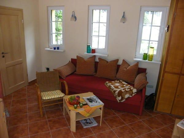 Wohnzimmerbereich mit Schlafcouch