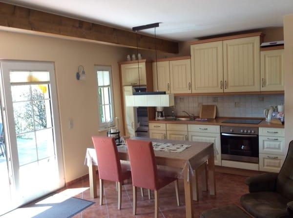 Wohnküche mit Herd, Geschirrspüler und großem Esstisch