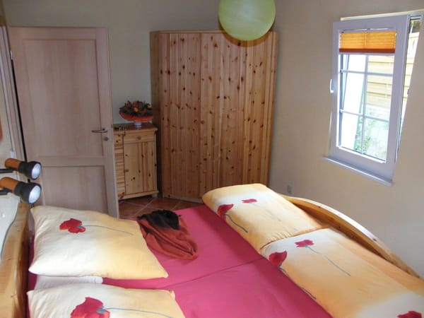 Schlafzimmer mit Eckschrank
