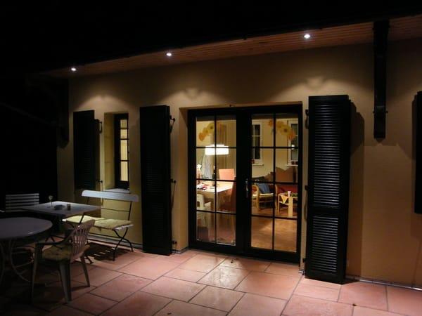 Terrassenbereich bei Nacht und gemütlicher Beleuchtung