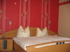 zwei gemütliche Schlafzimmer mit Doppelbett