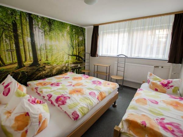 Schlafzimmer mit Doppelbett und Einzelbett; Platz für Babyreisebett vorhanden.