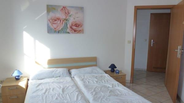 Schlafzimmer 1 mit Blick auf den Flur