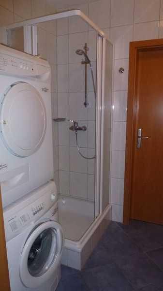 Bad mit Waschmaschine und Trockner