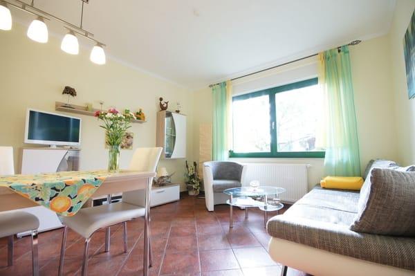 Wohnzimmer mit gemütlicher Essecke und Schlafcouch ausziehbar