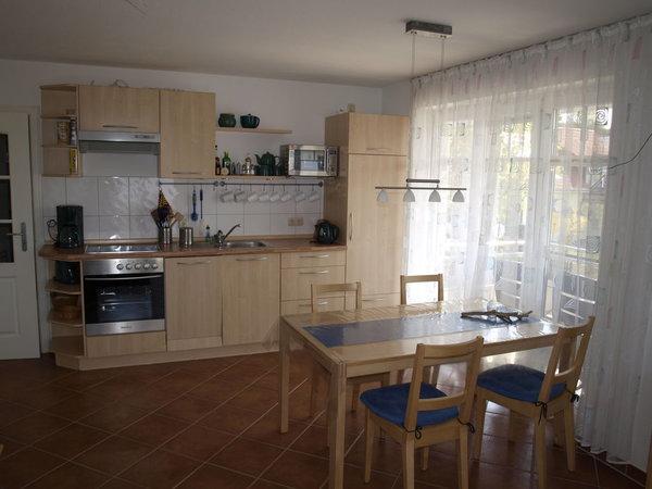 Die Wohnküche   ist ausgestattet mit: Cerankochfeld, Backofen, Dunstabzugshaube, Mikrowelle, Kühlschrank mit Gefrierfach, Geschirrspüler, Kaffeemaschine, Wasserkocher, Toaster.