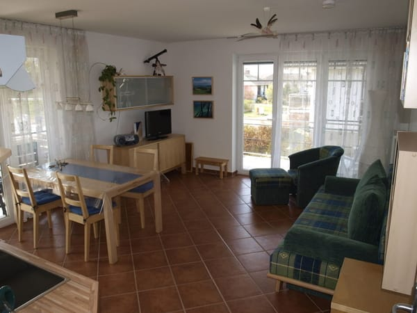 Der Wohnbereich ist ausgestattet mit Digital-TV/Radio und CD/Radio. Die große Klappcouch bietet hier zwei Schlafmöglichkeiten.