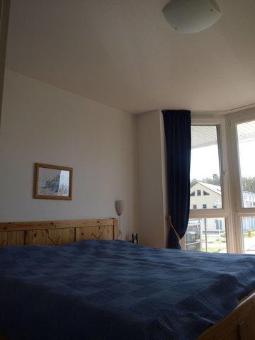 Der Schlafraum ist ausgestattet mit einem großen Doppelbett (160x200cm) und einem Wäscheschrank. Es besteht hier die Möglichkeit eine zusätzliche Aufbettung vorzunehmen. Durch das Erkerfenster hat man