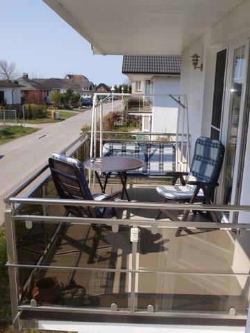Die Balkone – einmal zur Süd-Seite und einmal zur West-Seite – bieten ausreichend Platz für Stühle, Tische und Bänke. (im Bild der Süd-Balkon)