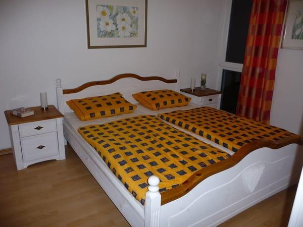 Das geräumige Schlafzimmer garantiert einen erholsamen Schlaf, ab 6 Übernachtungen ist die Bettwäsche im Mietpreis enthalten, die Betten sind bei Ihrer Anreise bereits bezogen