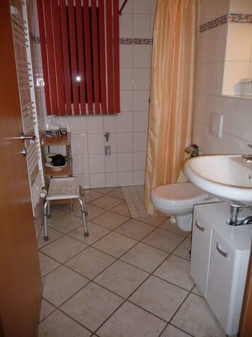 Behindertenfreundlich eingerichtet ist auch das Badzimmer mit einer Bodengleichen Dusche.