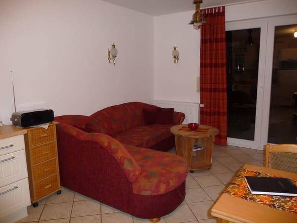 Die gemütliche Sitzecke bitte ausreichend Platz für einen gemütlichen Fernsehabend, ausgezogen kann das Sofa auch als zusätzlicher Schlafplatz  genutzt werden.