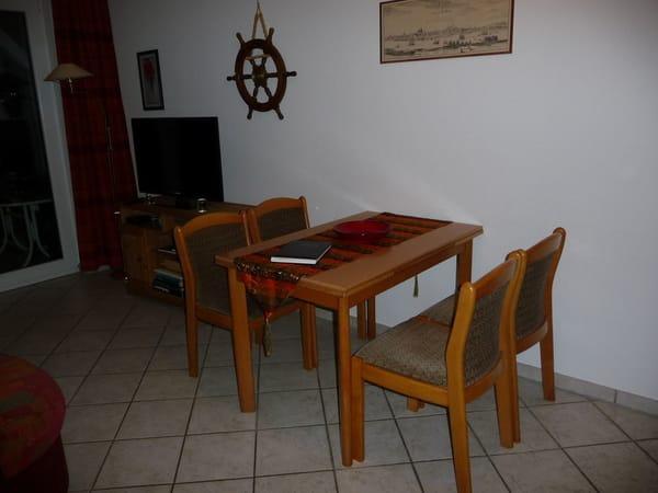 Der Esstisch kann bei Bedarf ausgezogen werden, und bietet so ausreichend Platz für alle Gäste.