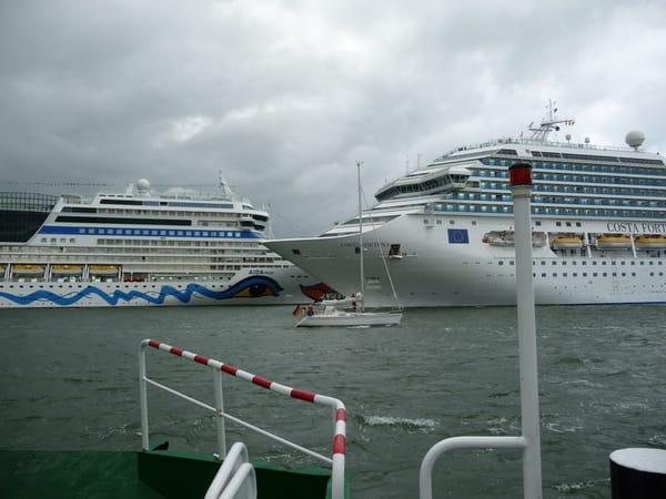 Fastzinierend, einer die vielen Einläufe von Kreuzfahrtschiffen im Hafen Rostock Warnemünde.