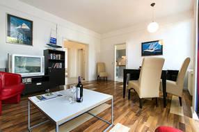 Das großzügig geschnittene Wohnzimmer ist mit LCD-TV, HiFi-Anlage und einem kostenfreien WLAN-Anschluß ausgestattet.