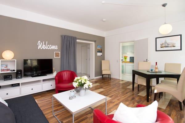 Das großzügig geschnittene Wohnzimmer ist mit Flat-TV, DVD-Player und HiFi-Anlage ausgestattet.