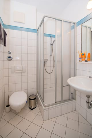 Das Bad mit Dusche und WC.