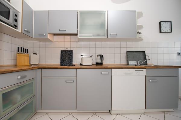 Die separate Küche ist komplett ausgestattet mit 4-Platten-Cerankochfeld, Mikrowelle, Geschirrspüler, Besteck, Geschirr etc.