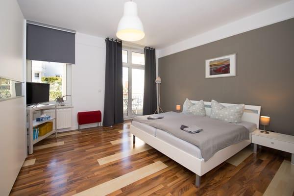 Im Schlafzimmer ist ein 2. TV-Gerät sowie ein großer Kleiderschrank mit viel Stauraum vorhanden.