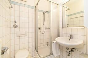 Das weiße Bad hat Dusche und WC.