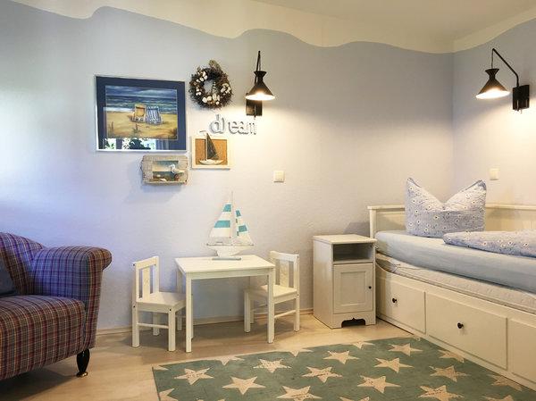 Das Bett im Kinderzimmer ist 0,80x2m breit. Bei Bedarf kann es auf doppelte Breite (1,60x2m) ausgezogen werden.