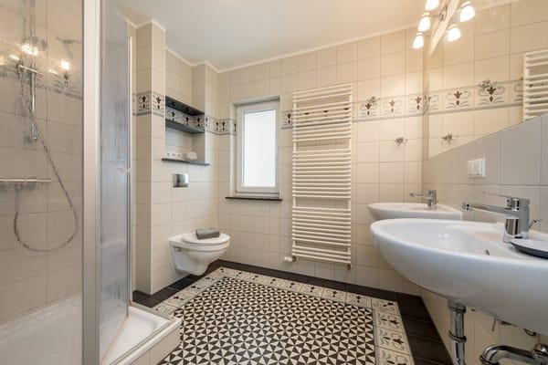 Das schöne Bad hat 2 Waschbecken, Dusche, WC, Fußbodenheizung und Handtuchtrockner.
