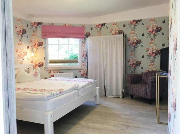 Das Elternschlafzimmer hat ein Flat-TV-Gerät. Der Drahtschrank wurde zwischenzeitlich durch einen großen 4-türigen Kleiderschrank ersetzt.