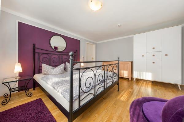 Das Schlafzimmer hat ein bequemes Doppelbett mit 1,80 x 2m und einen großen Kleiderschrank.