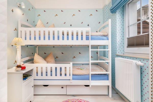 Das Kinderzimmer mit Etagenbett (Liegeflächen 0.80x180m), Kleiderschrank und ...
