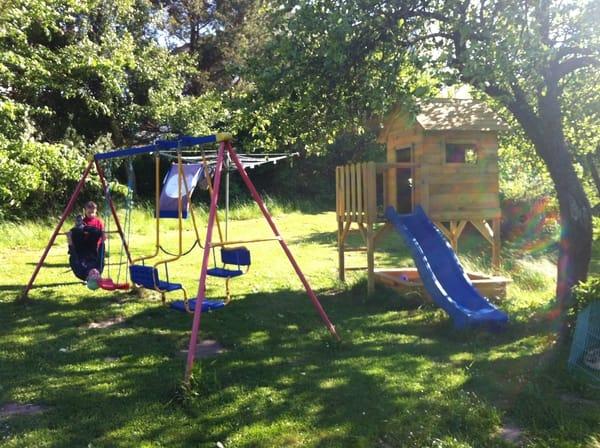 Der kleine Spielplatz im hinteren Bereich des Gartens.