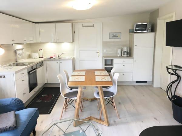 Die Küchenzeile bietet Ihnen 4-Platten-Cerankochfeld, Backofen, Mikrowelle, Kühl-Gefrier-Kombination, Geschirrspüler etc.
