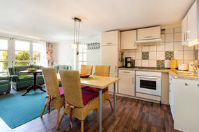 Die Küchenzeile mit Geschirrspüler ist komplett ausgestattet mit Geschirr etc.