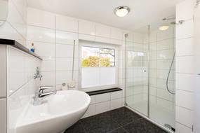 Das schöne Bad wurde 2013 saniert und bietet nun WC, Echtglasdusche und ein Fenster mit Plissee und Außenrolladen.