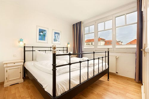 Das Schlafzimmer befindet sich auf der unteren Ebene (3. OG). Auch von hier aus können Sie ein Zipfelchen vom Meer sehen.