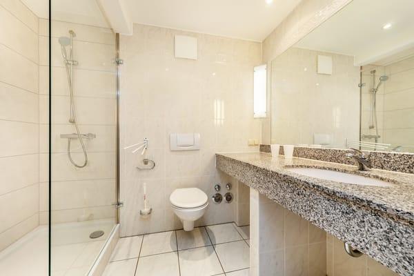 Das Bad bietet Dusche, WC, Fön und einen breiten Waschtisch.