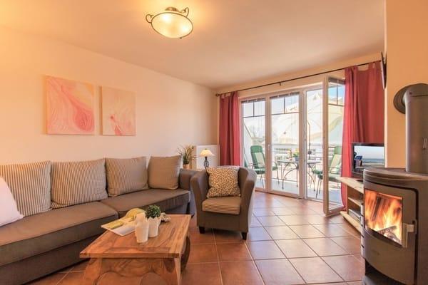 Gemütliches Wohnzimmer mit ausziehbarer Schlafcouch