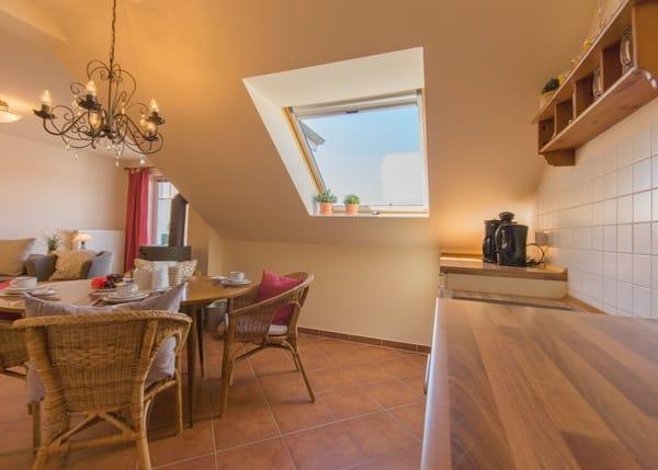 Blick von der Küche zum Essbereich