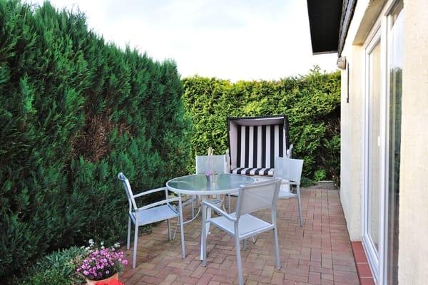 Terrasse mit Sitzgelegenheit und Grill