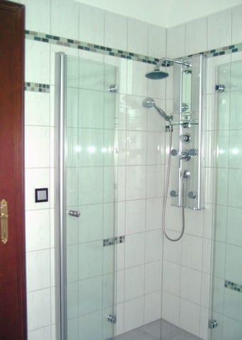 Dusch-Bad mit Fenster und Fußbodenheizung, Handtuchheizung, Waschmaschiene