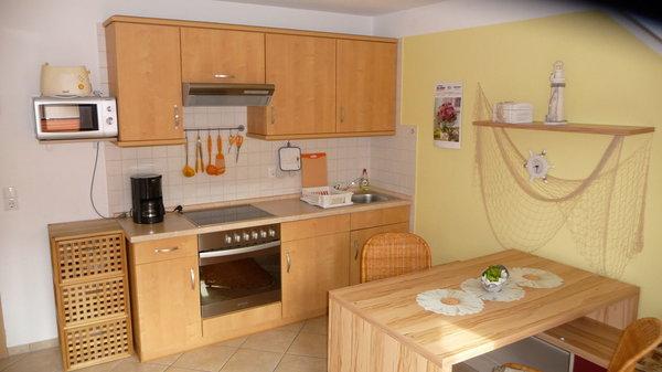 kombinierter Wohn-, Essbereich mit kompletter Küche, ausziehbaren Tisch für 4 Personen, Fußbodenheizung, Balkon und Kabel-TV