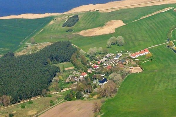 Luftbildaufnahme von Volsvitz - die Ferienresidenz mit roten Dächern