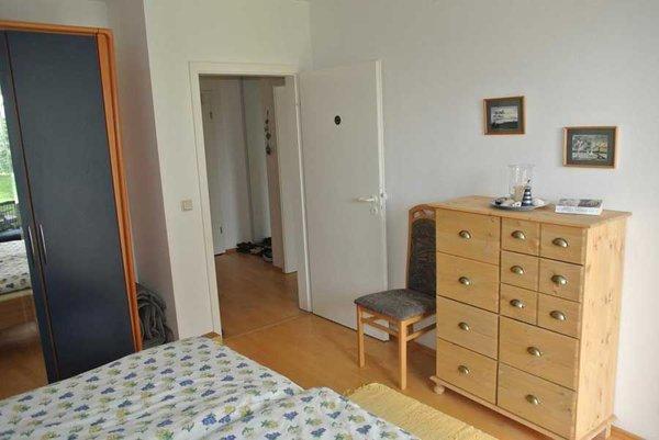 Kommode und großer Kleiderschrank im Schlafzimmer