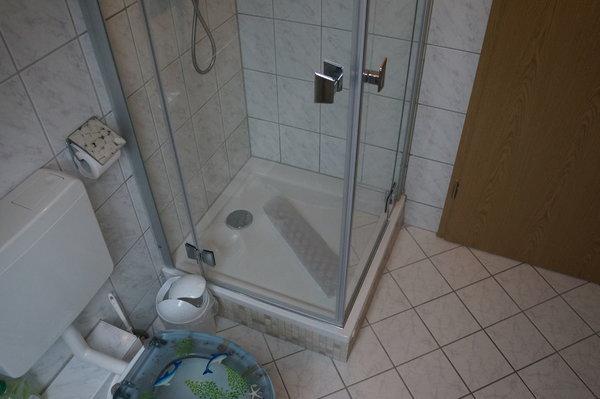 Badezimmer mit Dusche und Außenrollo