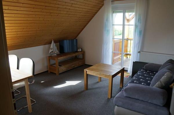 Wohnzimmer und Essbereich mit Balkon