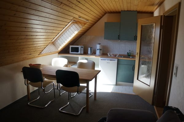 Küche und Wohnzimmer mit Außenrollo