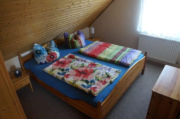 Schlafzimmer mit Außenrollo